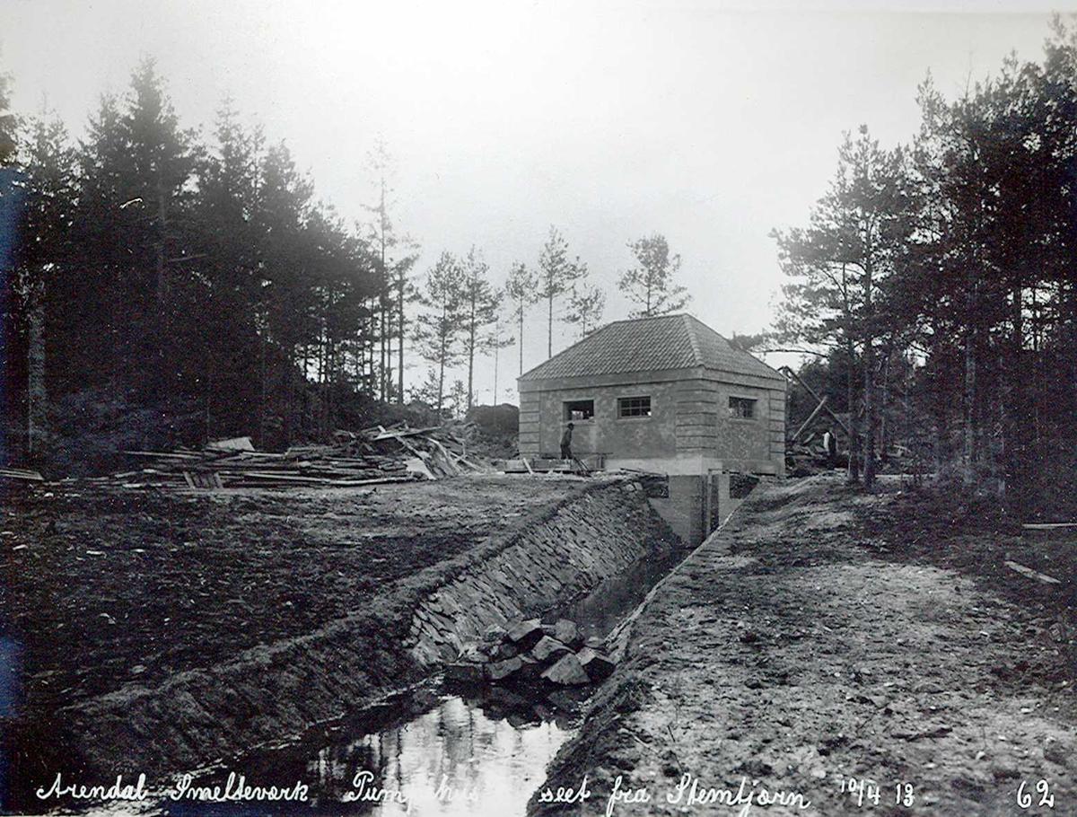 """""""10/04-1913"""" Nitriden. Smelteverket. Pumpehus ved Stemtjern. Vannkildene til bedriftene. Steinsatt kanal ut mot Stemtjern i forgrunnen."""