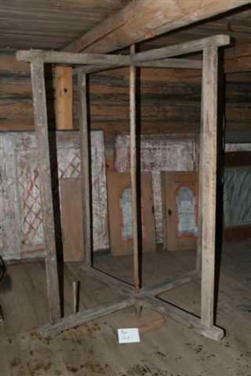 To grinder satt sammen i et kors. Roterer rundt stående aksel. De loddrette delene av grindene er tappet inn i de vannrette og festet med treplugger. Den ene armen nede har to hull til skillpinner. Kun en original skillpinne. Diverse hull til skillpinner i de loddrette stolpene.