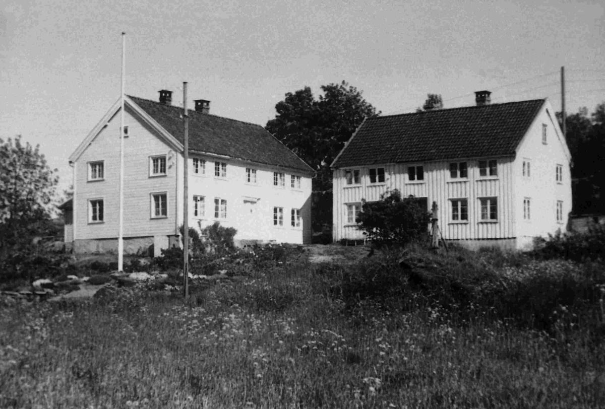Nedre Høvåg  Huset til venstre er våningshuset i den gamle prestegården. Det blir i dag kalt Scottgården fordi Gabiriel Scott hadde guttedagene sine her, fra årsskiftet 1882/83 til den nye prestegården kom i 1886. Huset til høyre blei på den tida kalt Lensmannsgården (jf. Scotts bøker), men eldre Høvåg-folk vil huske den som Frøylandsgården etter familien som kjøpte den i 1901. Huset  blei revet i 1960 og bygd opp igjen som fritidsbolig ved Kjerkekilen, like ved Kjerkebrygga.