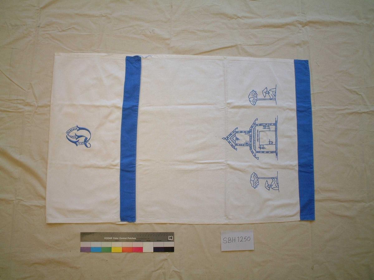 Blå figurer i kontursting, monogram i engelsk søm, kanter av blått bomullsstoff