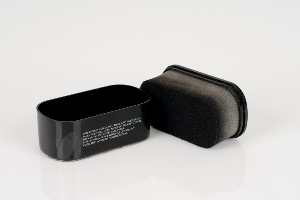 Pussesvamp til sko i sort plastbeholder. Påført tekst og bilde på beholderen.