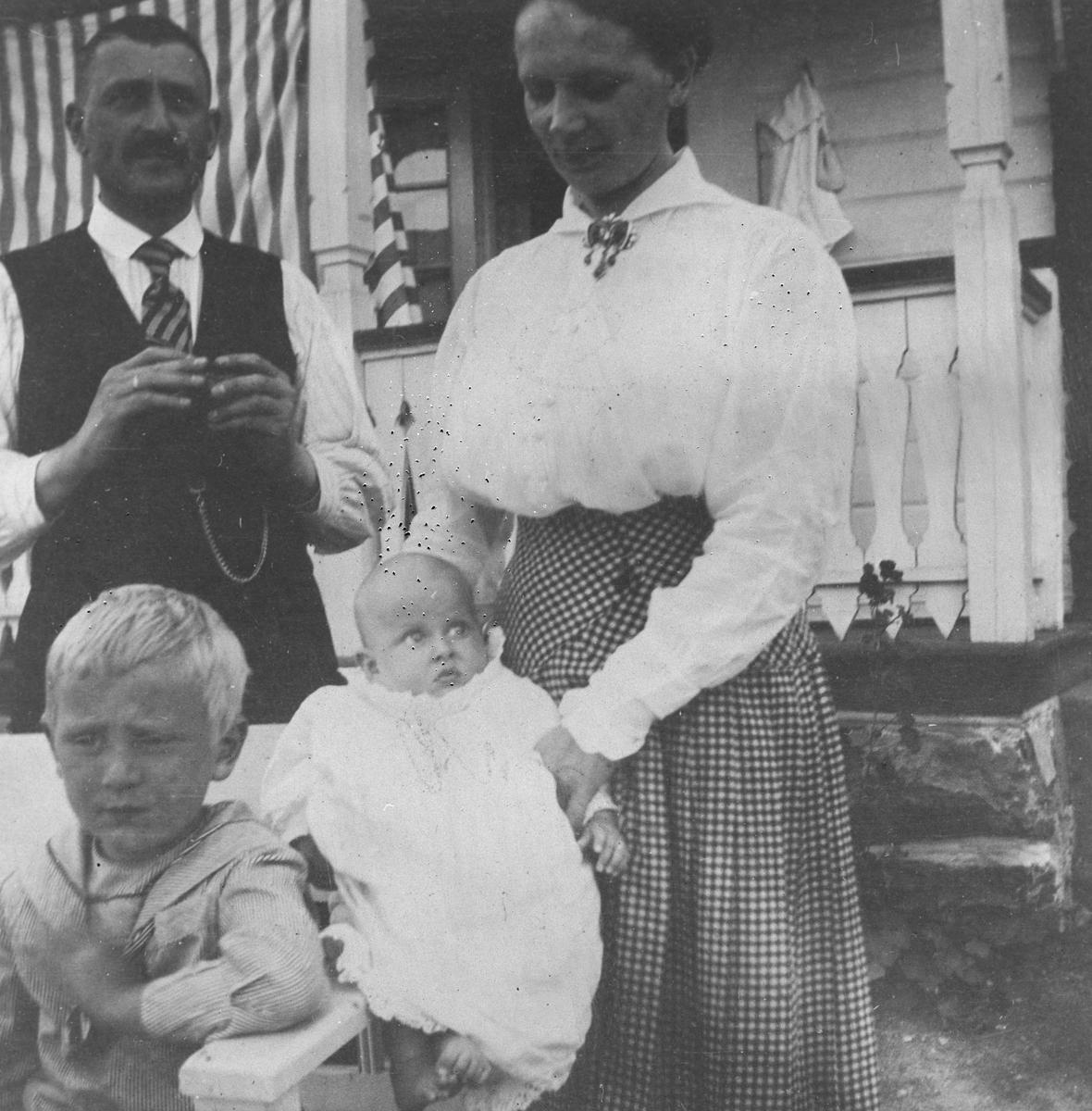 Familien foran landsted på Nesodden.
