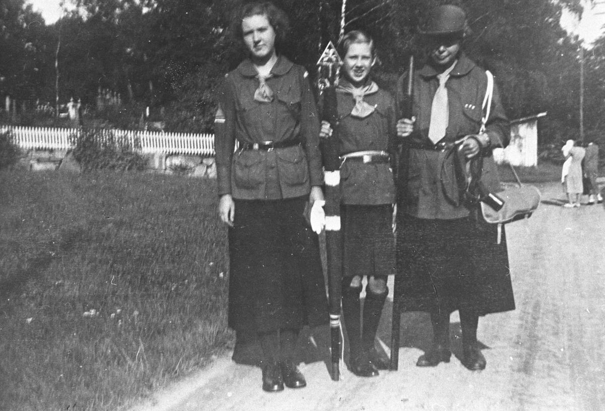Jentespeiderne Elly Haug , Alethe og Magda Huseby drar på tur