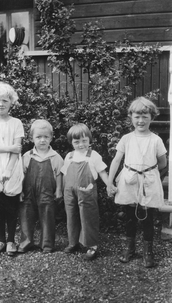 Kusine Lilleba på besøk. Fire barn.