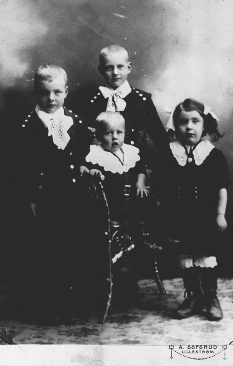 Fire søsken, 2-7 år gamle barn, atelierfoto.