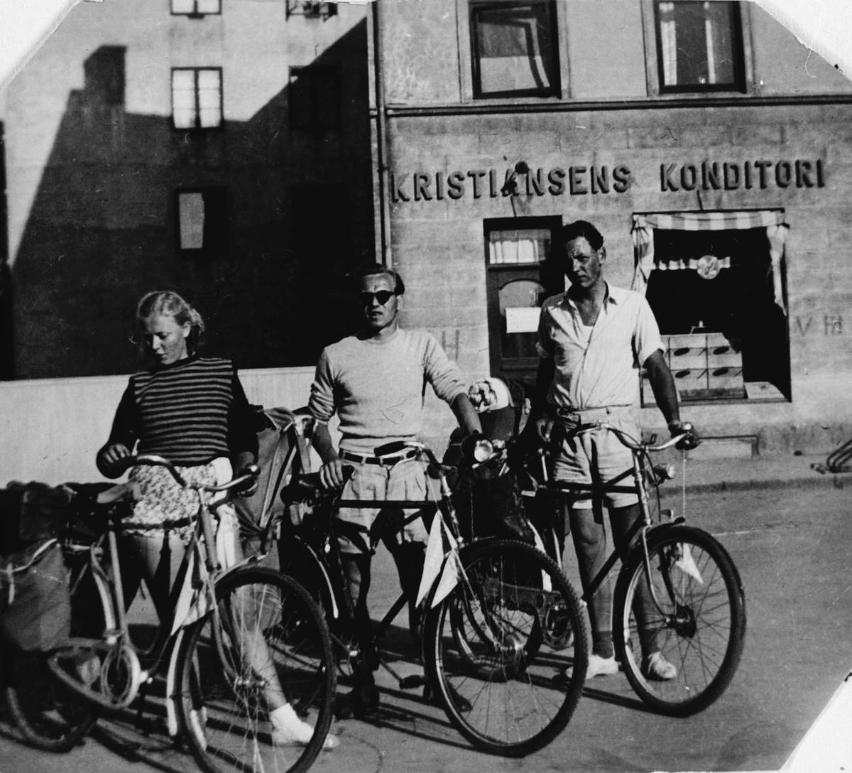 3 gode venner før start på sykkelferie.