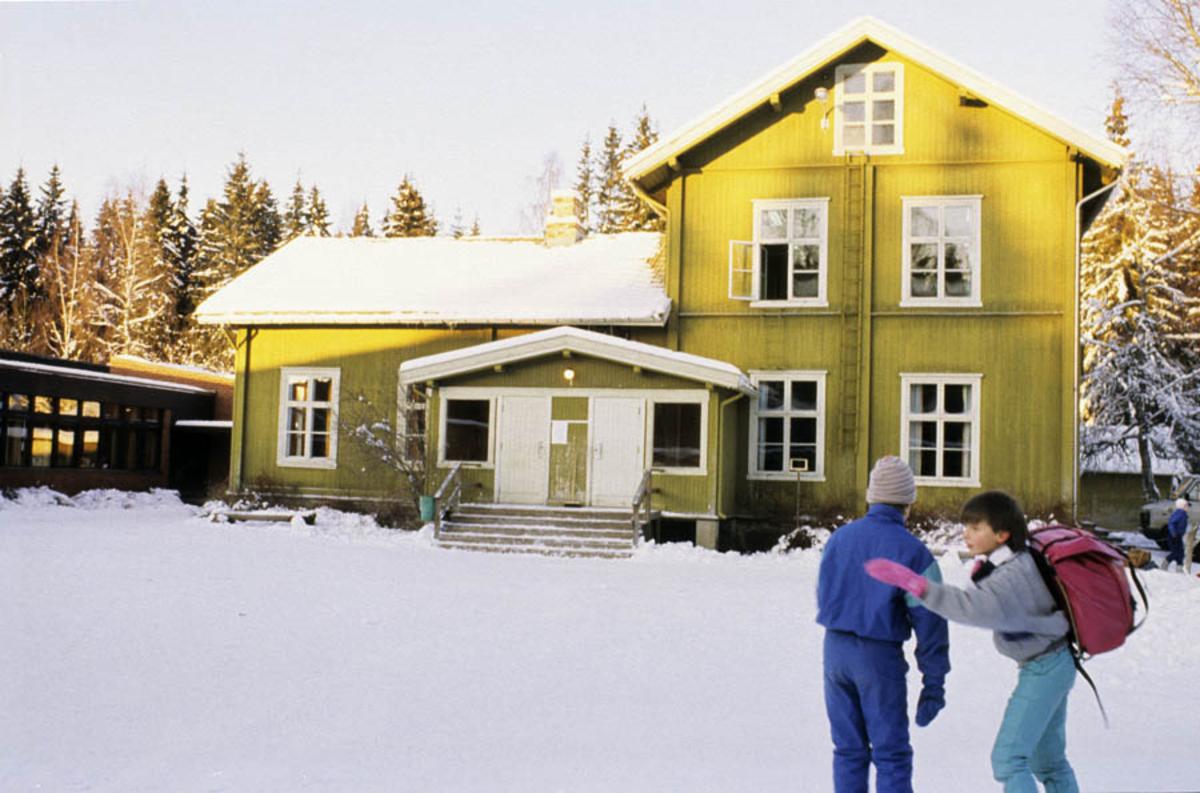Skole elever foran skolen i Hurdal. Vinter ekst.