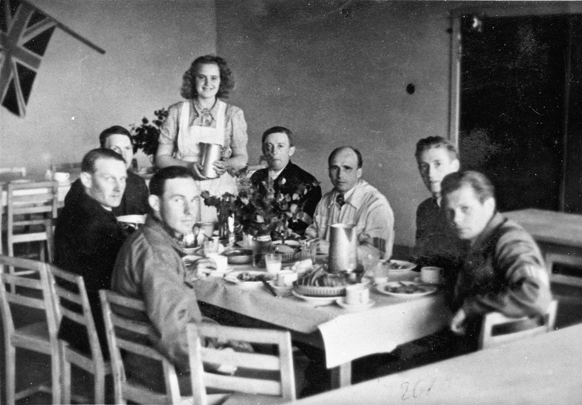 Folk fra Hjemmestyrkene får servering. Det kan for eksempel være på Romerike Folkehøyskole, der det var en ordning med at styrkene fikk mat.