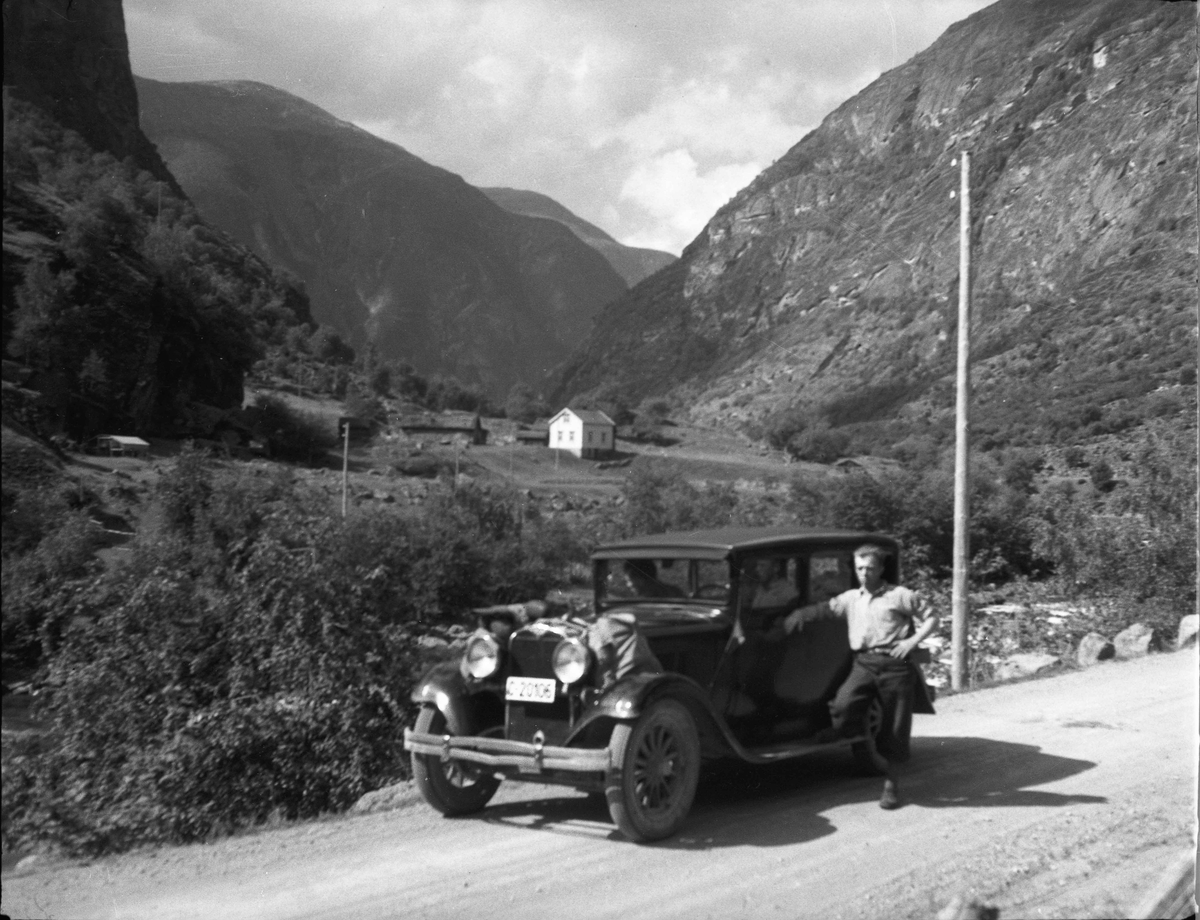 Menn på biltur. C-20106 står i Norges Bilbok 1935 som Dodge personbil årsmodell 1928, eiere Gunda Eide og Alma Hansen, Eidsvoll. Den må da ha vært forholdsvis nyregistrert på dem, siden høyeste C-nr. der var 20268. Støtfangeren viser at det er Dodge-modellen Victory Six. Skrevet av: Ivar E. Stav <ivar.es@online.no>