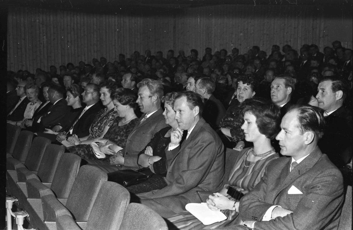Fra åpningen av Panorama Kino 14.09.1962. Fra høyre: Bestyrer på Samvirkelaget Johan Bjørnsen, kona hans Lillian. 2. rad fra høyre: Tor Solberg, Albert Gresslien, Rakel Gresslien.