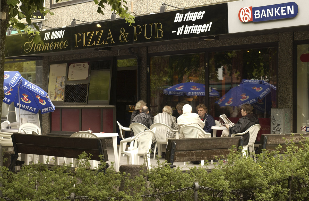 Første dagen etter innføring av røykeloven 2004. Røykeplass utendørs. Flamenco Pizza & Pub. Oversiktsbilde fra gågata i Ski