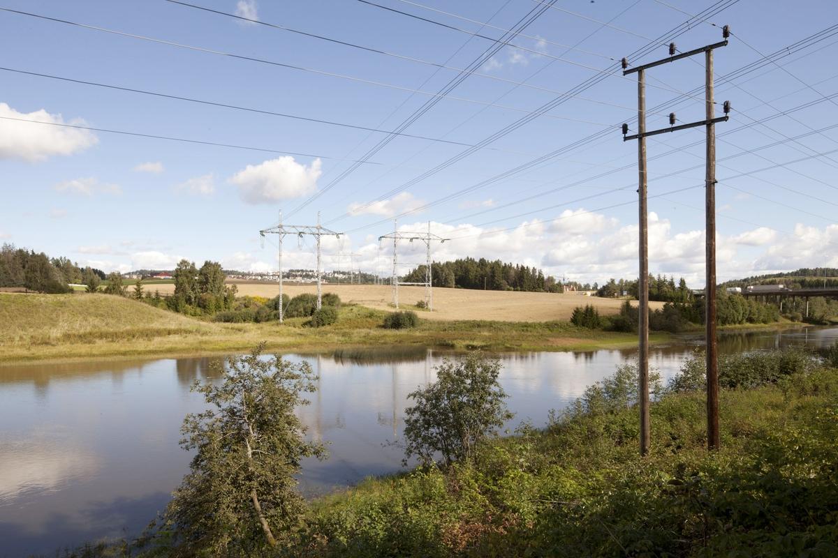 Høyspentmaster i Akershus. Høyspentmaster ved Sundtveita nord for Hellerudsletta ved Nitelvas nordlige bred. Motivet er tatt retning nord.