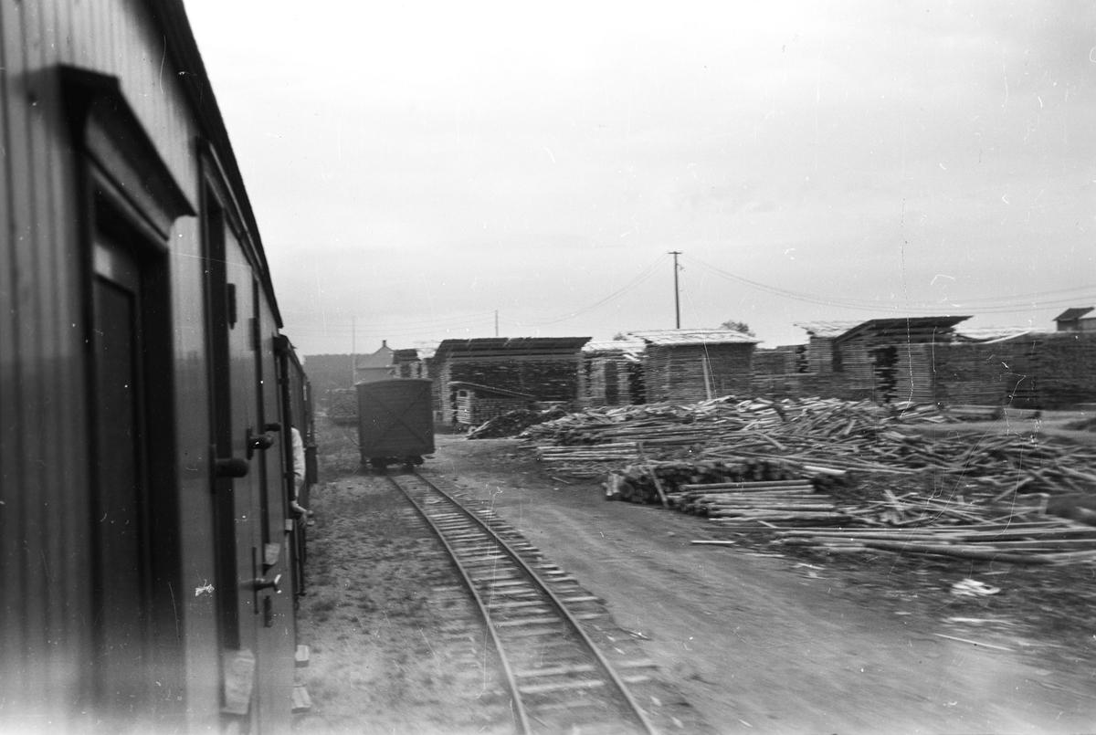 Tog 2051 retning Skulerud ankommer Finstadbru stasjon.