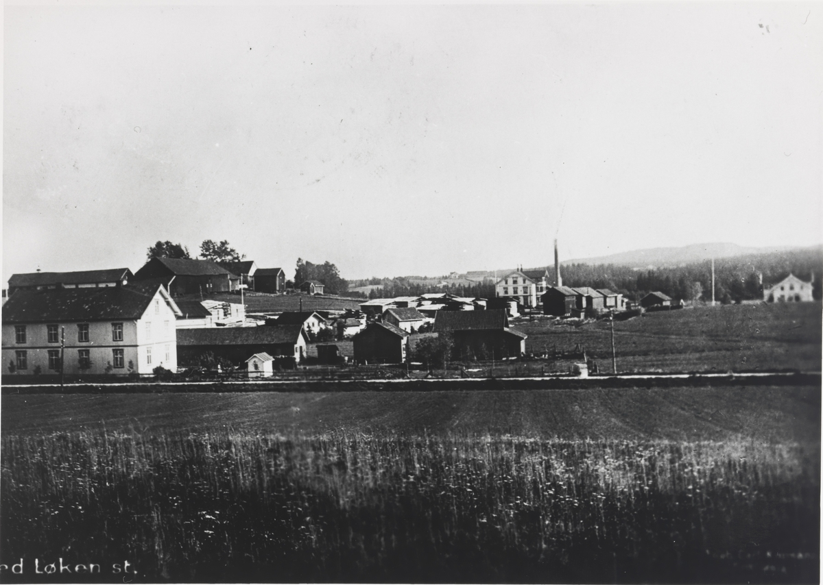 Oversiktsbilde Løken i Høland. Store plankestabler venter på transport.