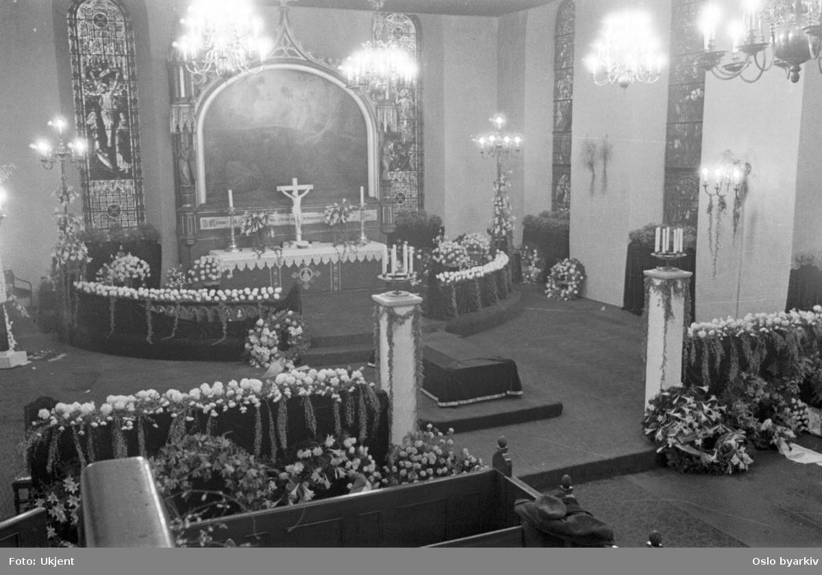 Oslo Domkirke. Blomsterdekorasjoner, kranser, kirke, alter, begravelse.