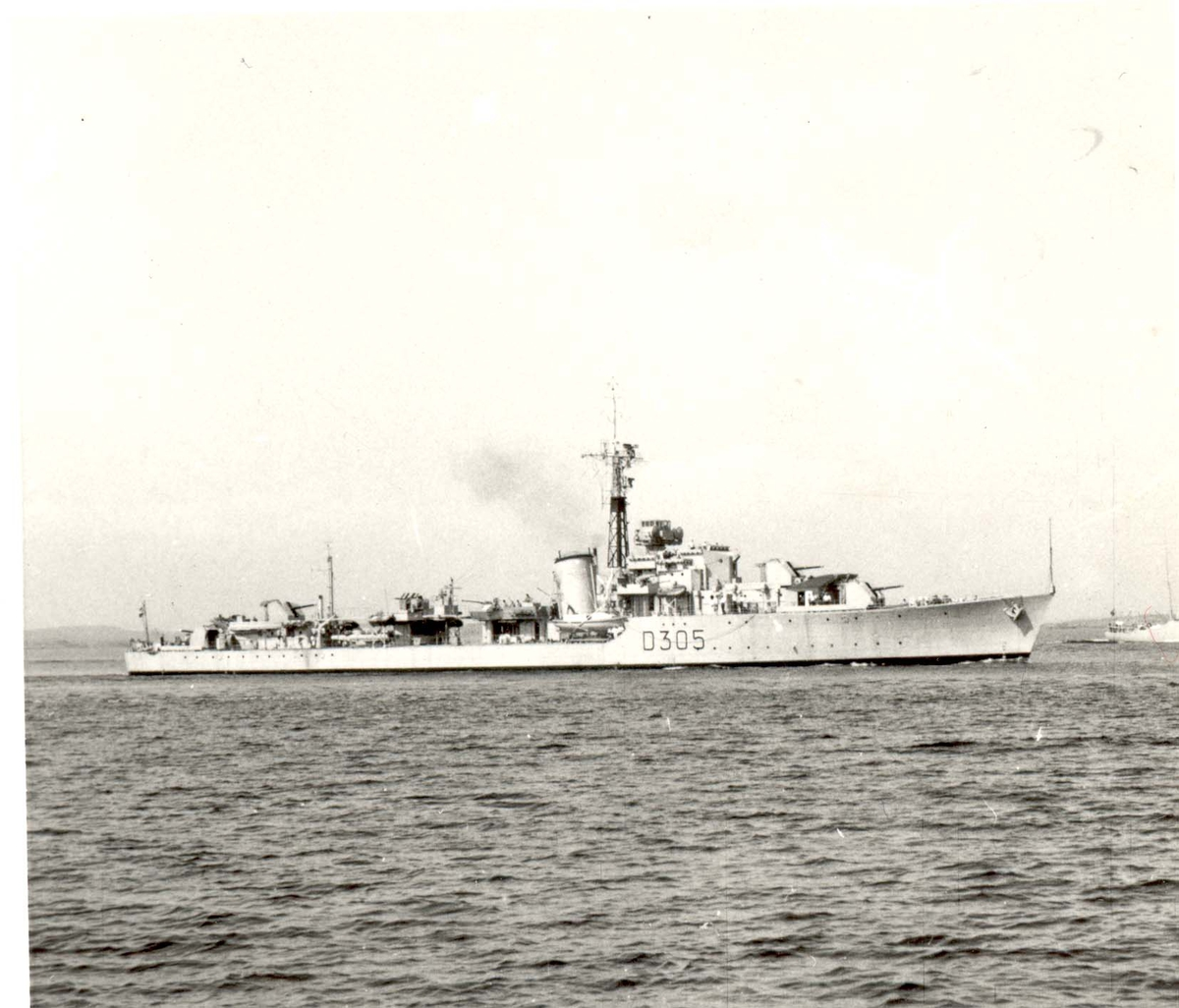 "Motiv: jageren KNM ""Trondheim"" styrbord bredside"