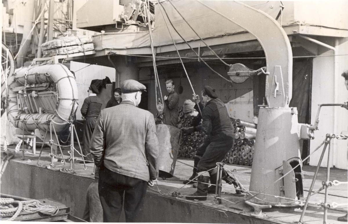 """Enkeltbilde. Jageren """"Stord"""" under oppøving, klarsjøing. Dypvannsminer blir brakt ombord på skipet under oppholdet i Scapa Flow."""