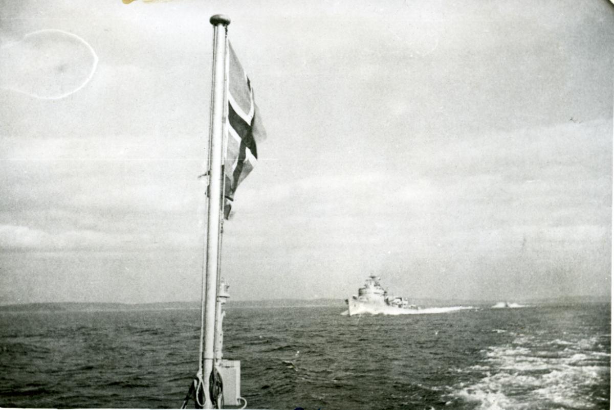 """Album. Norske Marine i England 1940-1945. Avreise fra Stocholm. Fotograf: Bjørgesen. Eskorte av jageren """"Calmar""""."""