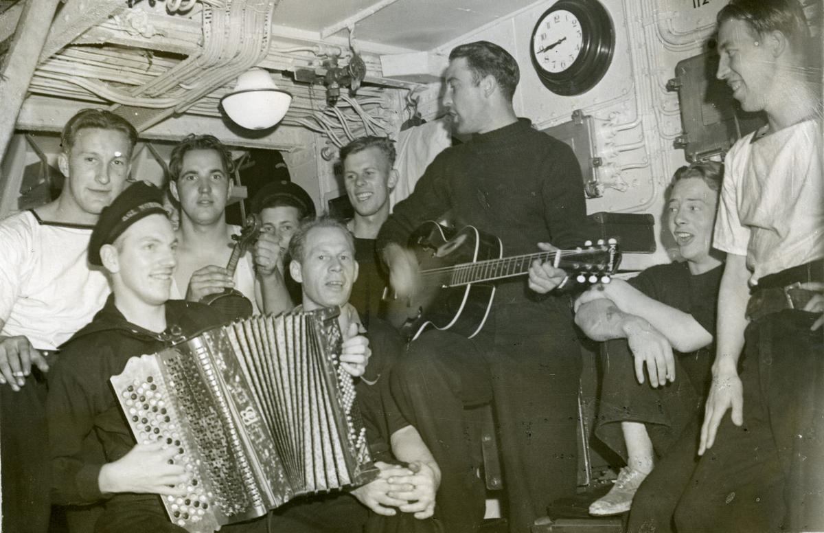 """Album Glaisdale H.Nor.M.S. """"Glaisdale"""". Fotograf: Keystone press. Musikk og underholdning ombord."""