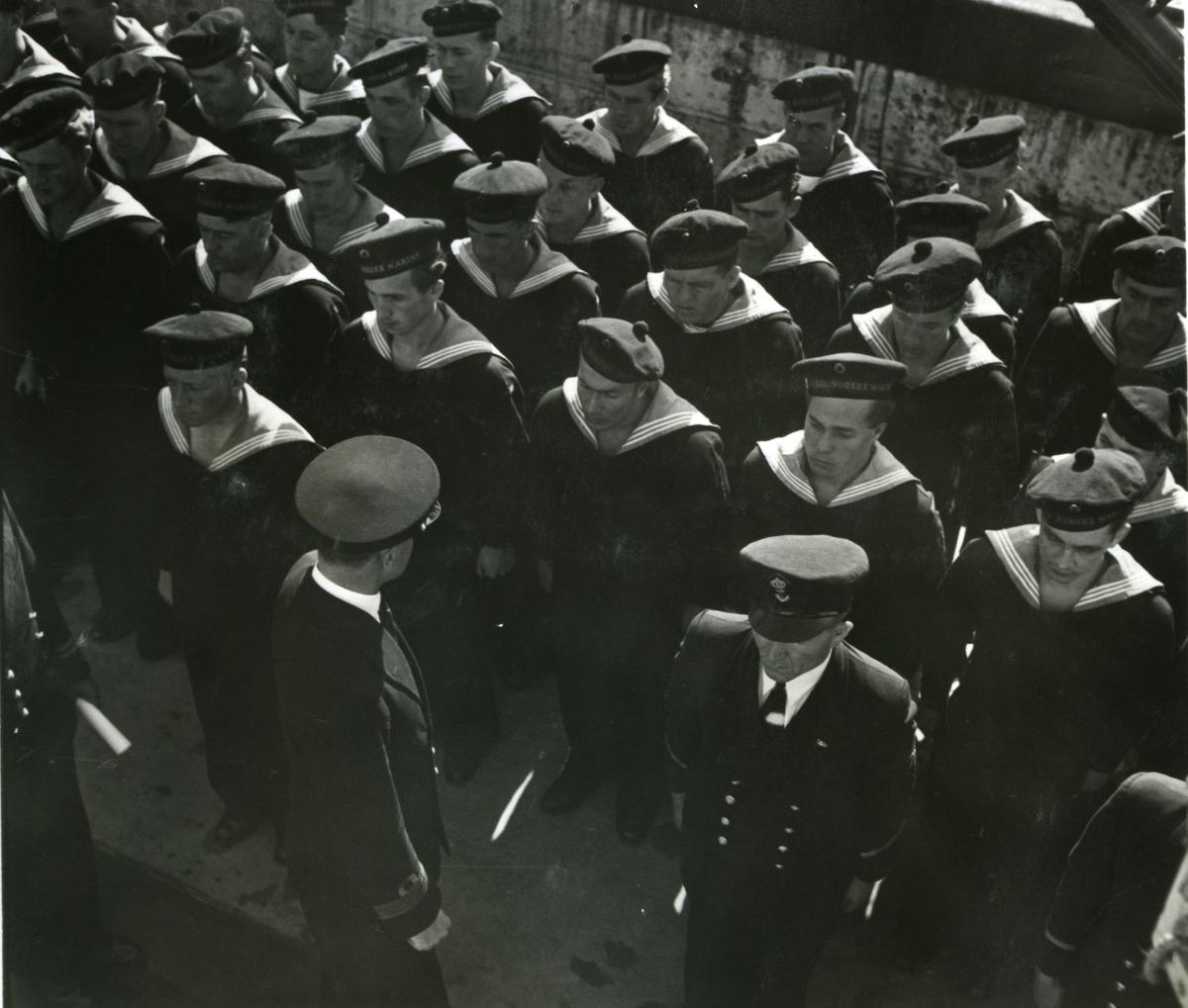 "Album Glaisdale H.Nor.M.S. ""Glaisdale"". Fotograf: Keystone press. Faller inn over bord."