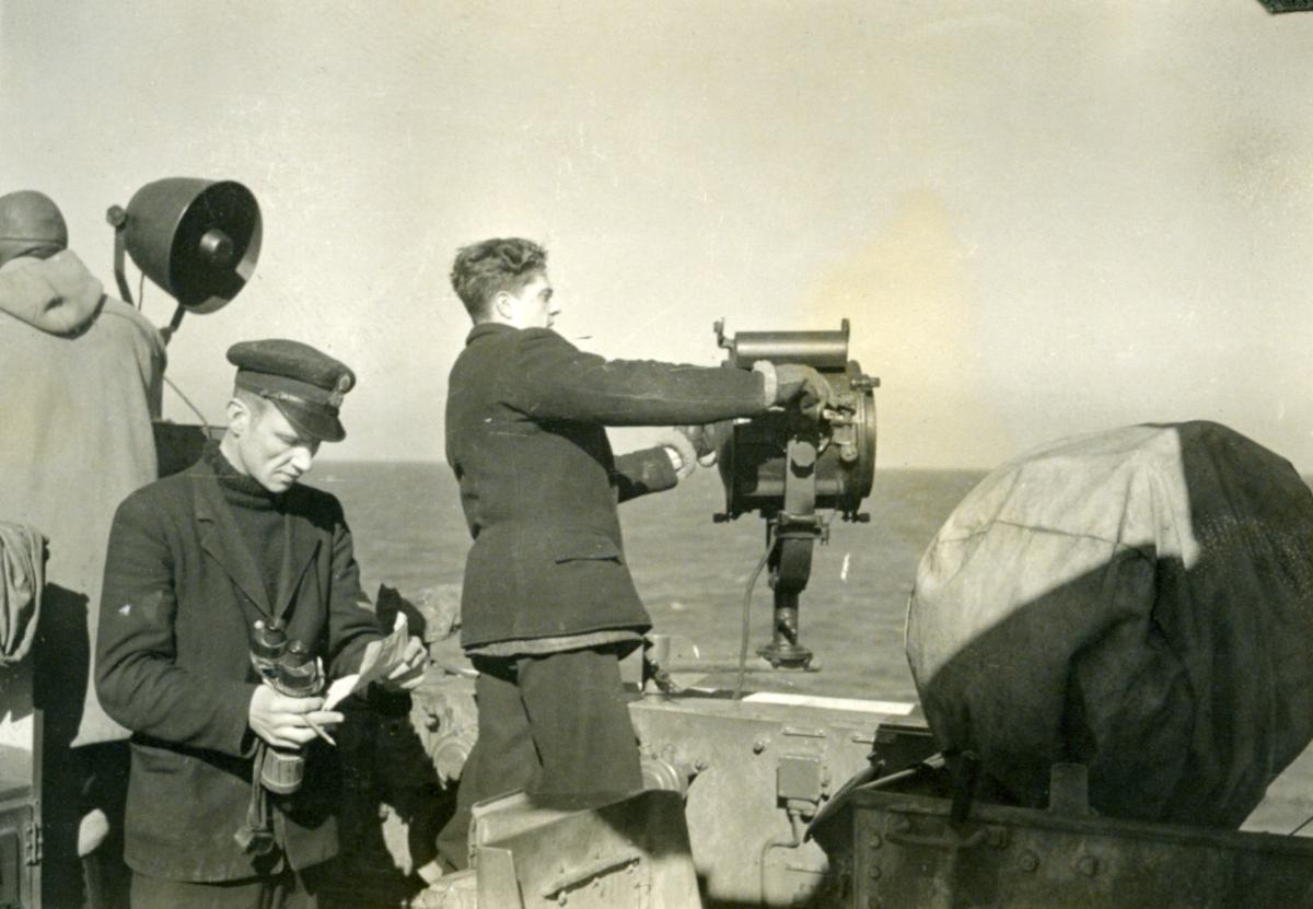 """Album Glaisdale H.Nor.M.S. """"Glaisdale"""". Fotograf: Ltn.Knudtzon. Signalmann på vakt."""