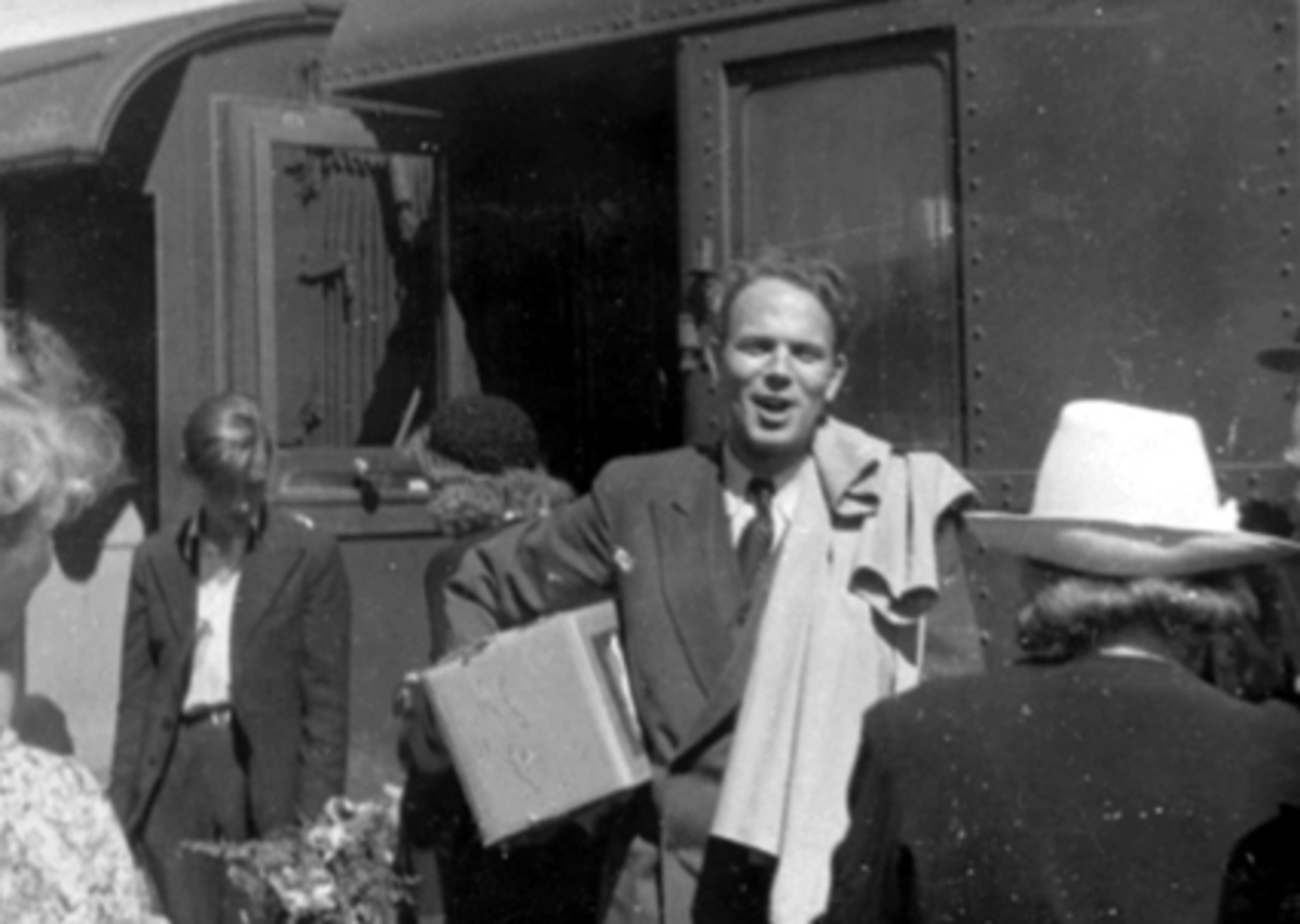 Birger Kolstad, ankommer Hamar etter fangenskap i Tyskland under 2. verdenskrig. Fredsdagene 1945.