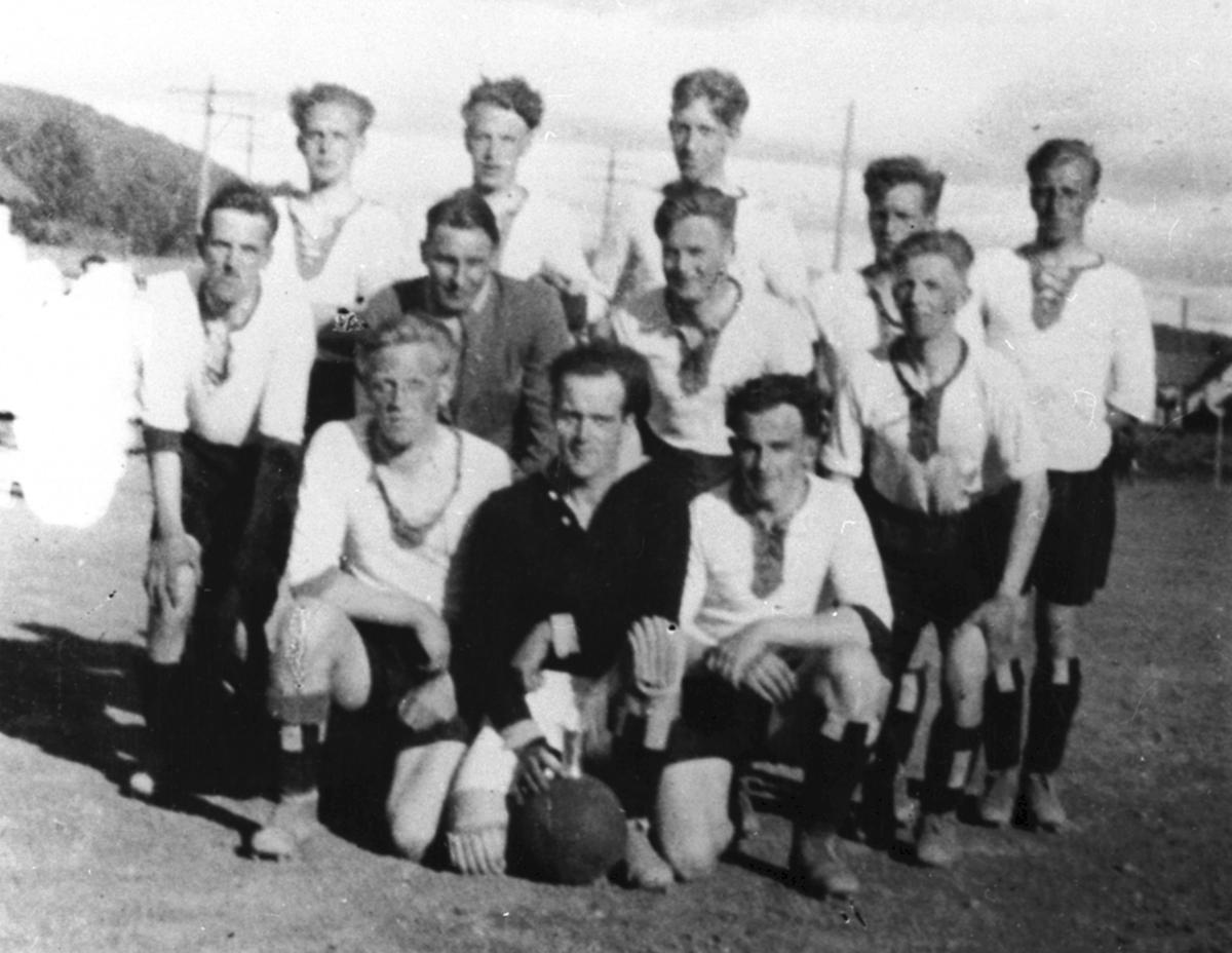 Fotballag, Fram Idrettslag, B-laget. Fra v: K. Furuseth, I. Andersen, A. Andersen, 2 r: M. Narud, O. Houmb, O. Olsen, T. Solberg, 3 r: J. Sandvold, Sv. Rustadbakken, A. Børkesveen, O. Halvorsen, P. Østvold.