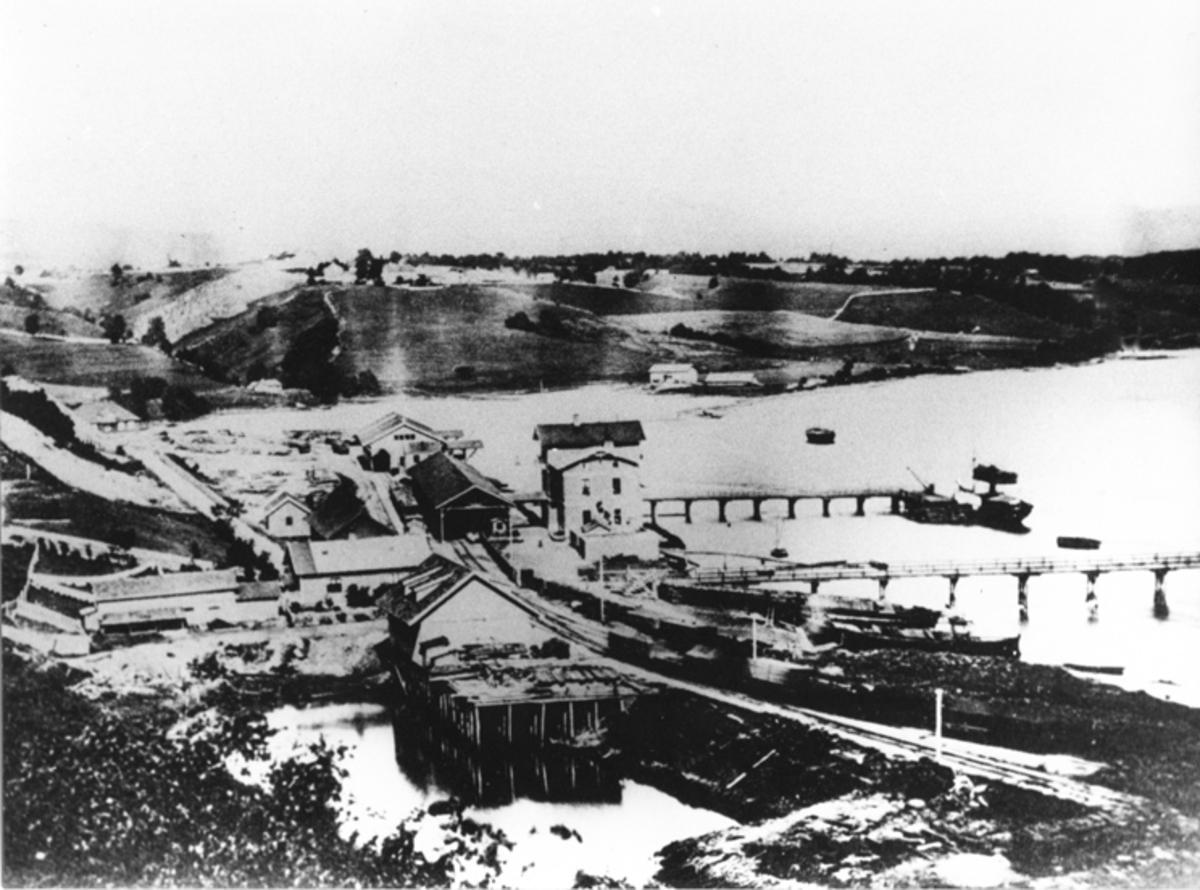Området ved Eidsvoll stasjon før jernbanen ble videreført til Hamar i 1875.