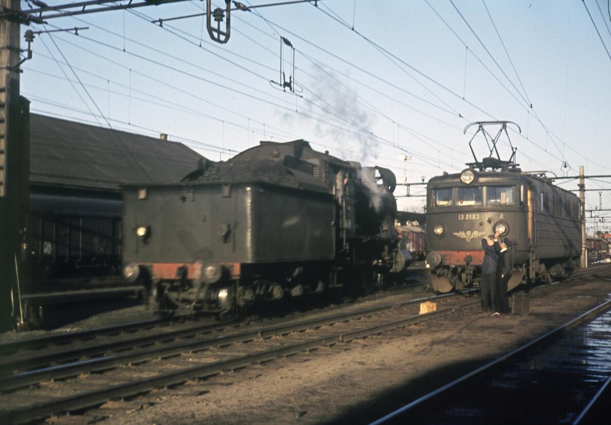 Møte mellom damplokomotiv og elektrisk lokomotiv