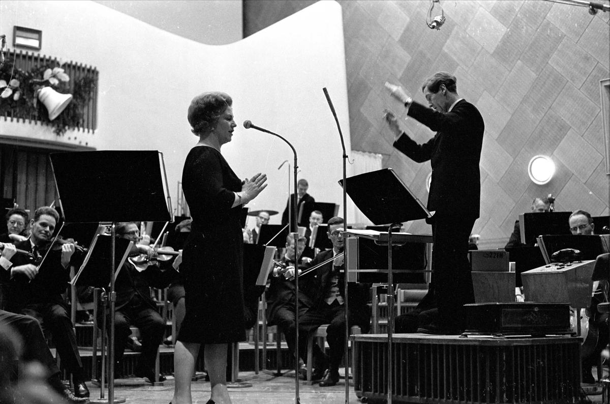 "Kringkastingens ""Vi går ombord"", juleprogram, Oslo, 24.12.1962. Orkester og vokalist. Aase Nordmo Løvberg."