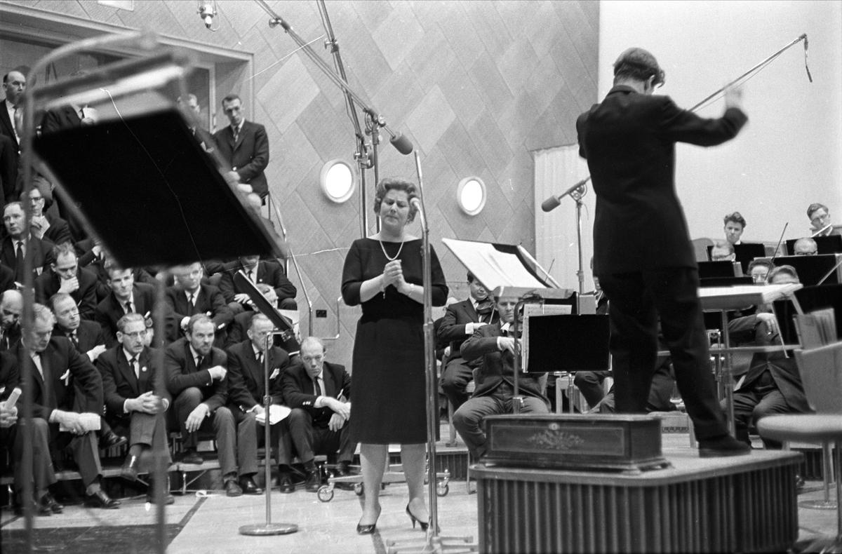"""Kringkastingens """"Vi går ombord"""", juleprogram, Oslo, desember 1962. Aase Nordmo Løvberg, orkester og publikum."""