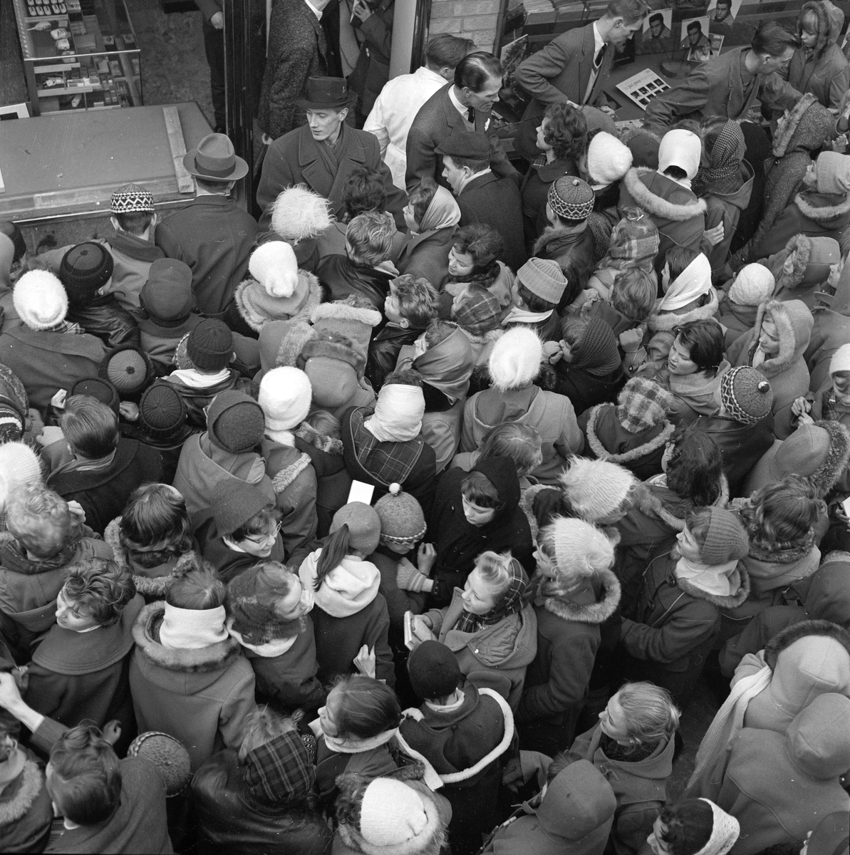Ungdomar trängs utanför Forums skivshop vid Diagonalen