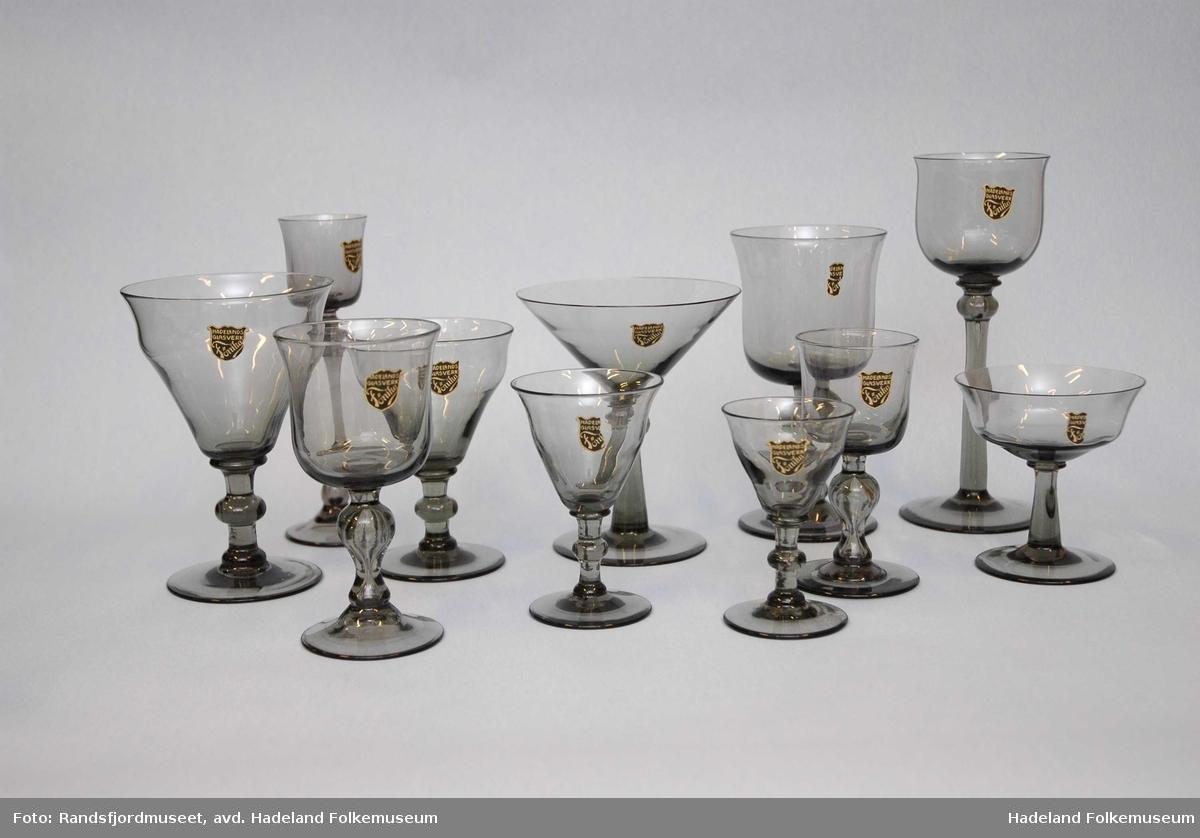 Grå serie av vinglass, boller, fat, karafler m.m.  Her: 11 glass - stett, med vulst, klokke som åpner seg i toppen.