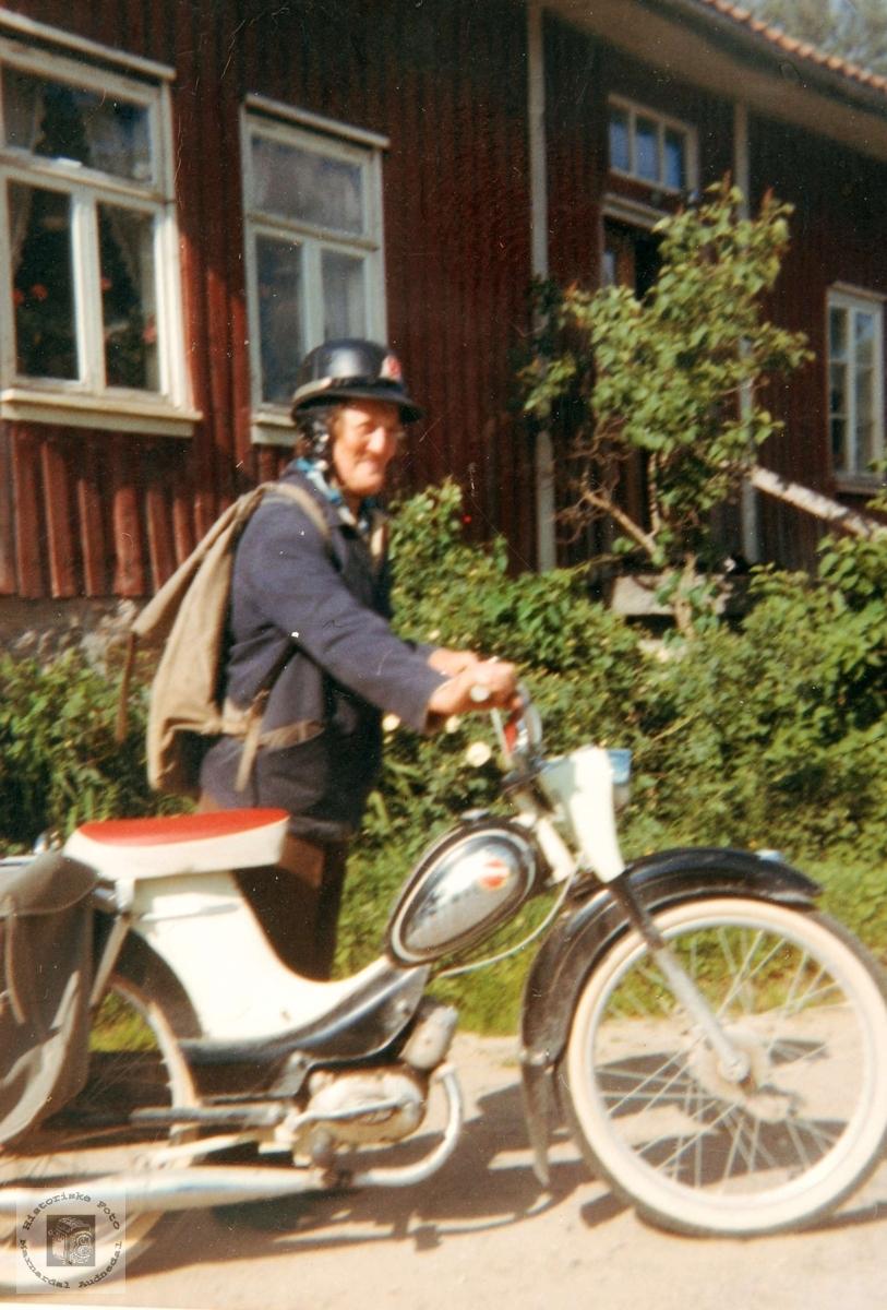 Motorisert postbud, (Emma) Ingeborg Sveindal. Grindheim.