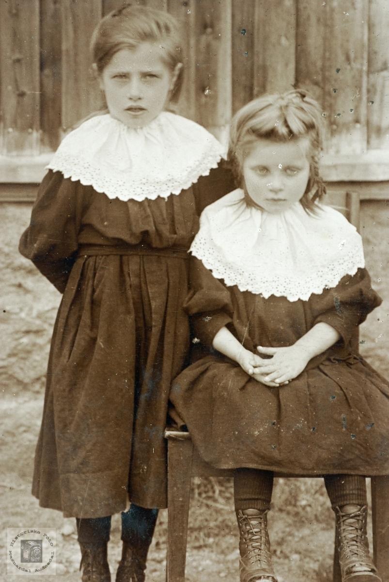 Portrett av Thora og Anna Rydlende, Grindheim Audnedal.