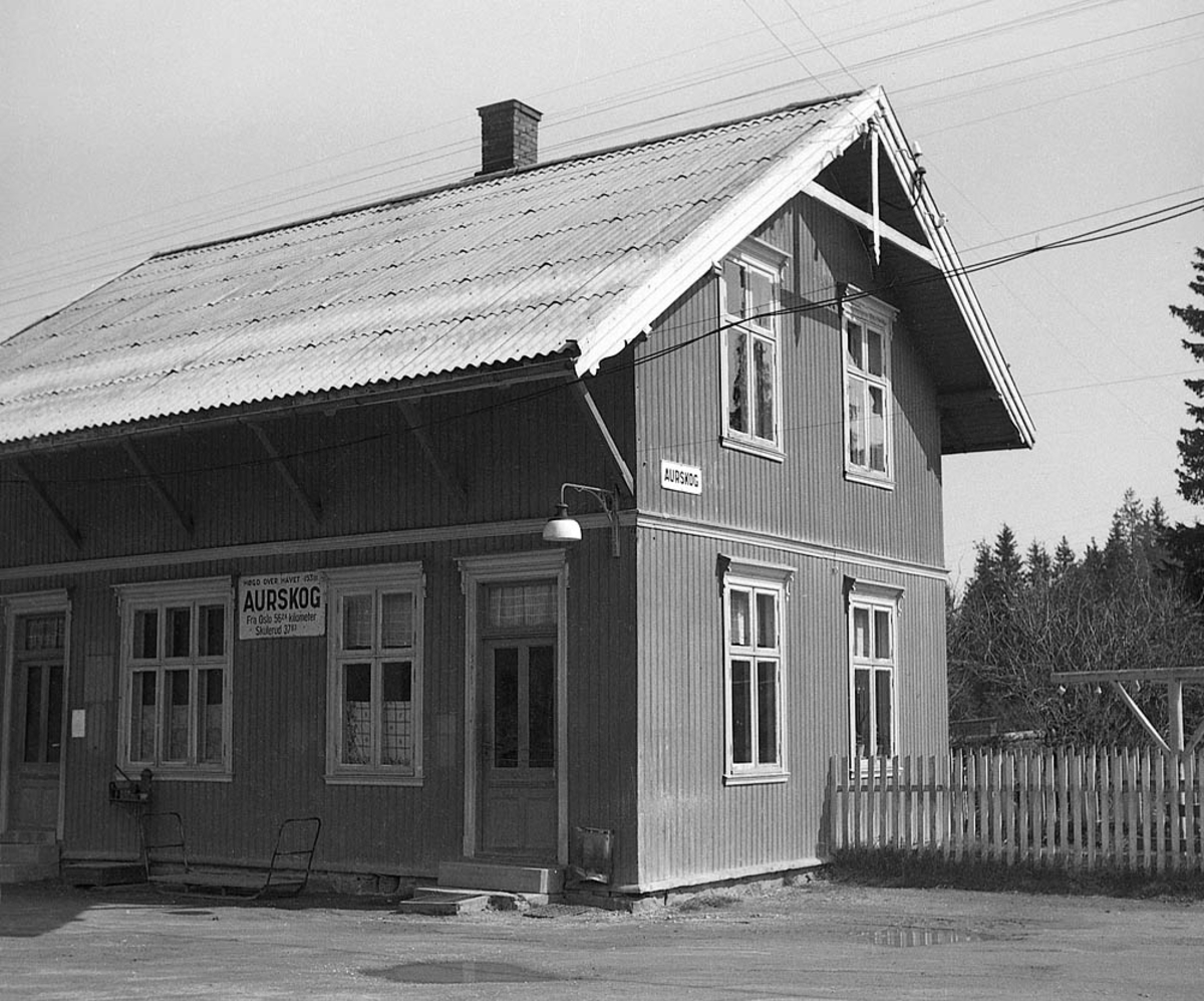 Ved Aurskog stasjon tre år etter nedleggelsen.