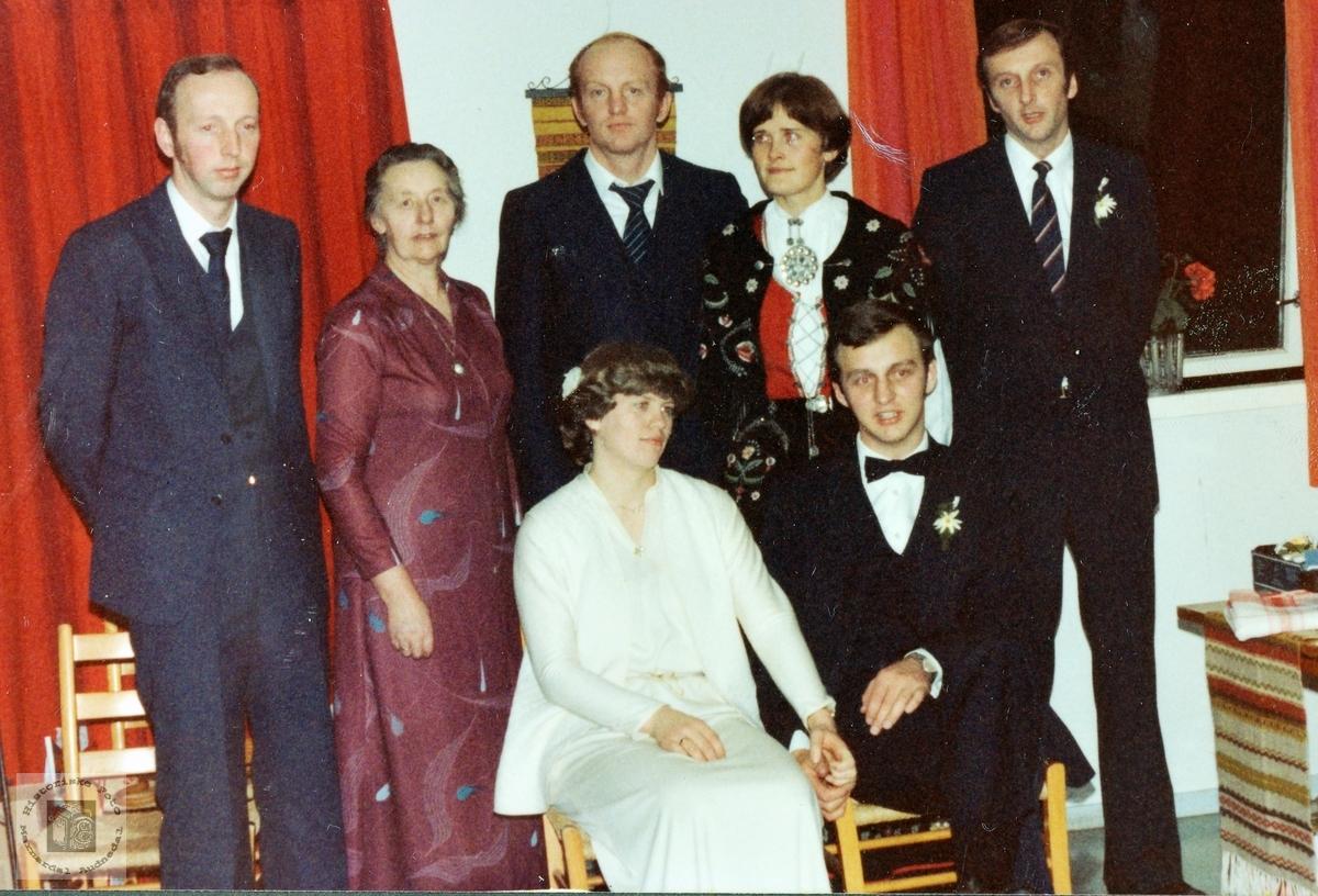 Bryllupsfest. Grudgom med familien Leland bak seg. Audnedal.