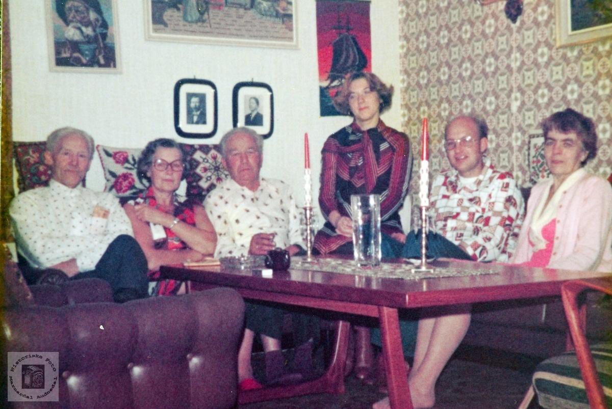 Familien Ask samla i sofakroken. Audnedal.