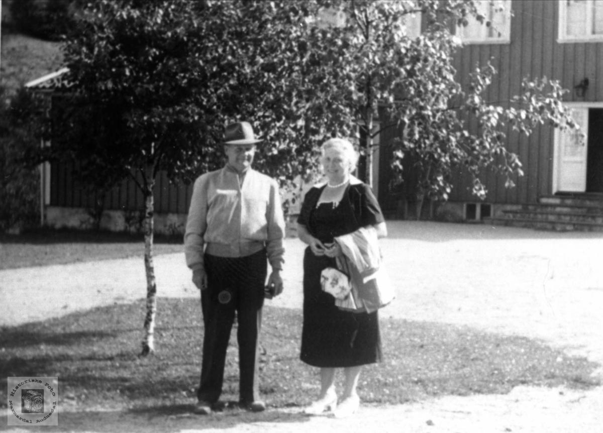 Portrett av Emma og Erling Røynesdal, flytta heim fra USA til Lyngdal.