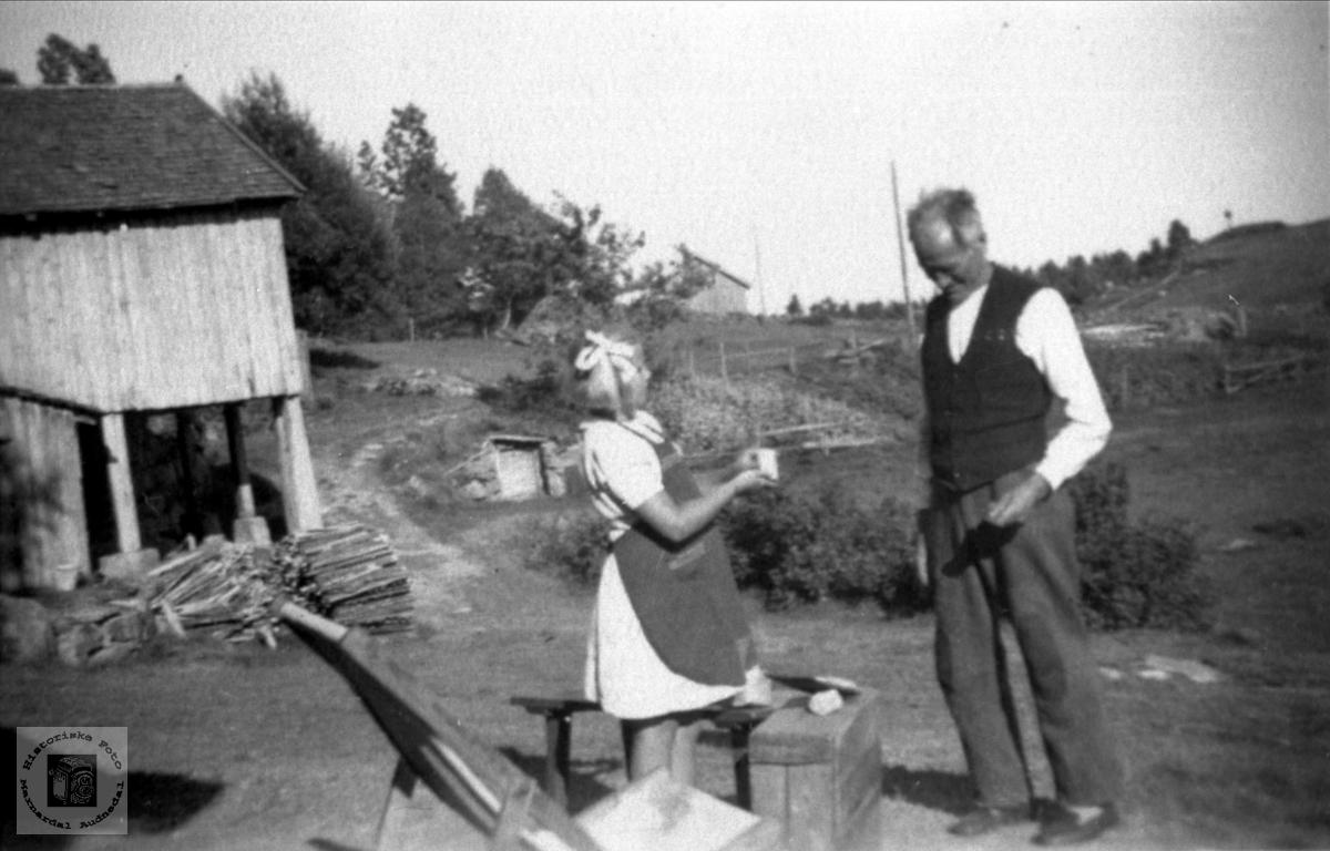Gase og jente i Revura, Haraldstad i Laudal.