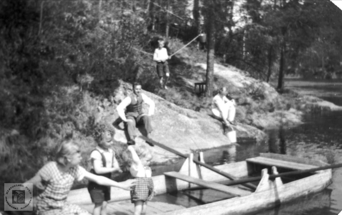 Vannhenting og lek ved Mandalselva 1947. Laudal.