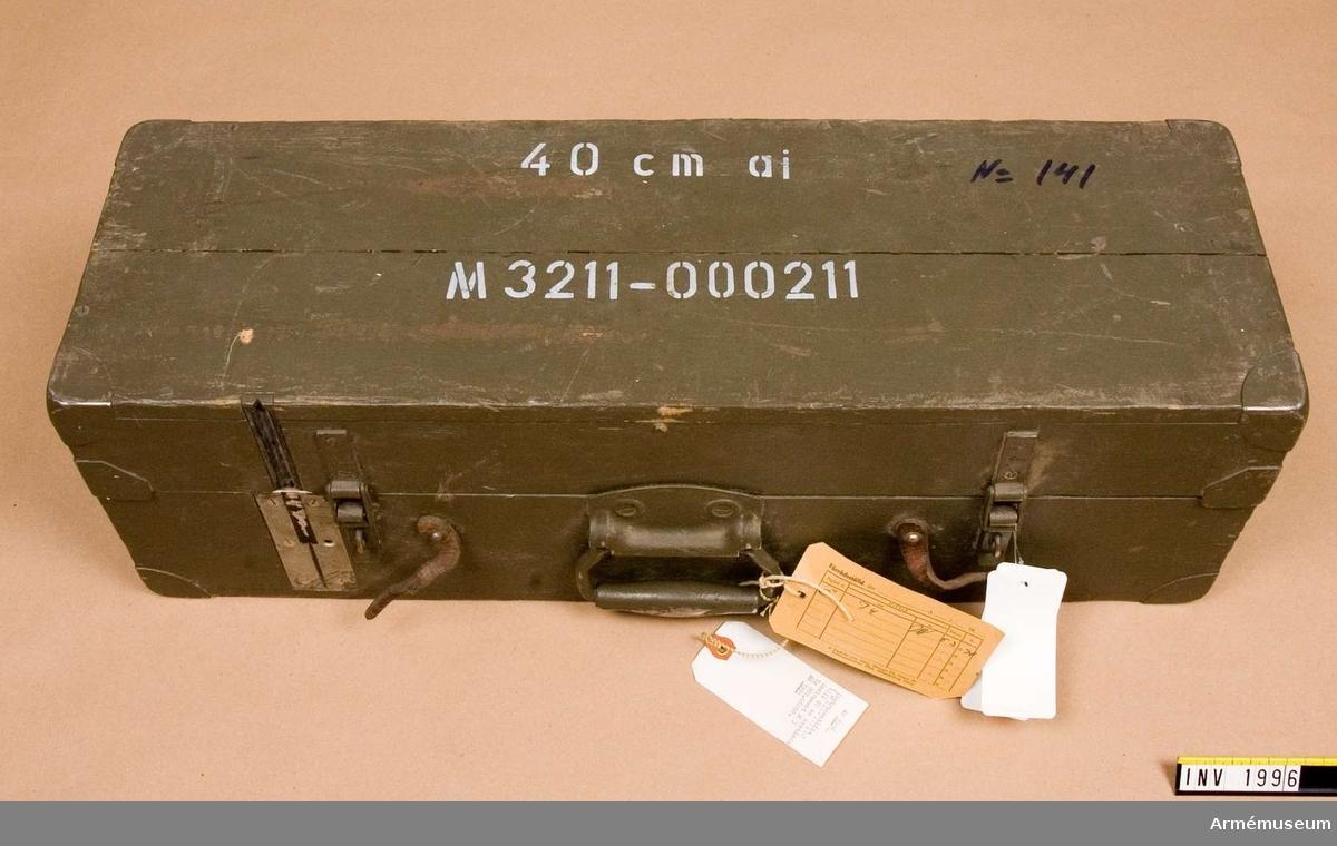 Samhörande nr är 1995-1996.Låda t avståndsinstrument M 3 Tg 202.06000.Består av: 1 instrumentlåda, 1 justeringslinjal, 1 färgglas, gult, 1 sämskskinn, 1 dammpensel, 1 tygpåse, 1 justernyckel.