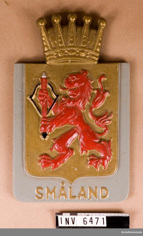 Målat i grått med sköld, krona och text i guld och lejon i rött.  Samhörande nr är AM.6445-6471