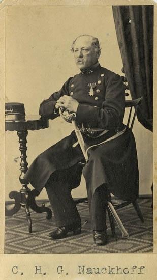 """Text på kortets baksida: """"Carl Henric Gottlieb Nauckhoff, f. 1802. Fullmakt 1819 akt-26. Afvsked som överste 1868""""."""