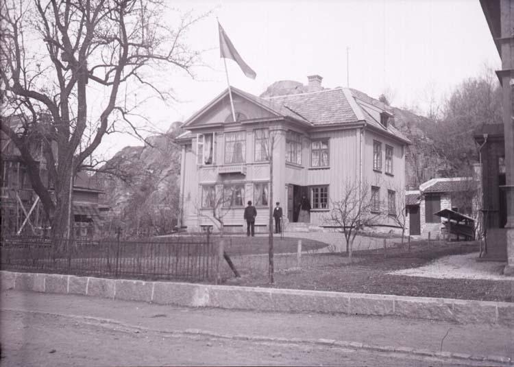 """""""D. Mattssons villa Uddevalla 21 maj 1902"""" enligt text som medföljde bilden."""
