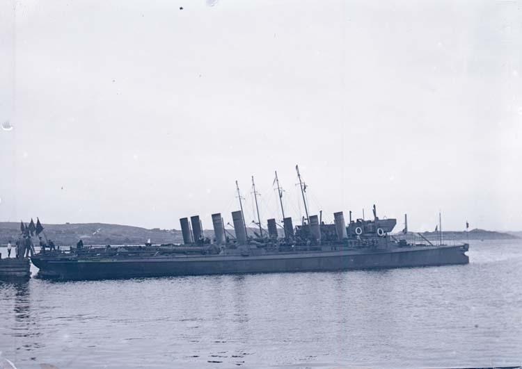 """Enligt text som medföljde bilden: """"Torpedbåtarna Orkan, Vind, Bris och Meteor vid Badhuset 14/8 05."""""""