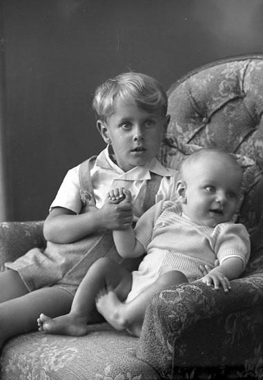 """Enligt fotografens journal nr 8 1951-1957: """"Glanzén, Lars-Roger och Tomas Här """"."""