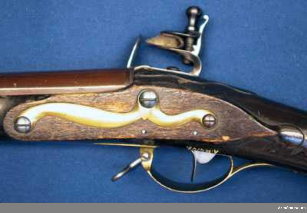 Pipan brun.  Samhörande nr är: 23643-4, gevär, bajonett.