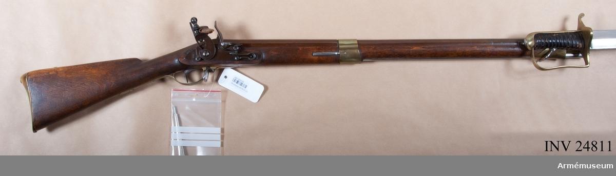 """E IIc. I modellsalens reversal kallas vapnet """"Studsare, svensk, med flintlås, 1820 års infanteriprojekt"""" och bajonetten """"Bajonett, studsare, svensk, 1820 års modell"""". I 1888 års tryckta katalog över Artillerimuseum kallas vapnet """"Studsare med flintlås och sabelbajonett m/1815 för fältjägare, fastställd 1820"""" (sid. 223, I:207). Schröderstjerna beskriver dock 1815 de bägge studsartyperna m/1815 (en för infanteriregementenas skarpskyttar, en för fältjägarna) och säger, att de detta år blivit fastställda. Men med undantag av att han uppger piplängden vara 36 ¼ tum (verktum) är hans beskrivning i detalj korrekt (Krigsvetenskaps- akademiens handlingar 1815 sid. 190 och tabell).  Om kulvikt och kuldiameter, se Enander, Anvisningar till handgevärens kännedom, vård och iståndsättande, sid. 62 not samt 90-91, om krutladdningens vikt se Enander, Anvisningar till skjutkonsten med handgevär, sid. 129.  Angående laddingens verkställande, se """"Tredje afdelningen af Kongl. Maj:ts år 1823 Nådigst utfärdade Exercisreglememte för Regementena till fot"""", stadfäst 13 april 1837, sid. 10.  Studsare av ovan beskriven typ synes endast ha förts av fältjägarna. År 1821 bestämdes, att Värmlands fältjägarekår skulle förses med """"nya studsare med apterade huggare som bajonetter"""". Dessa vapen erhöllos 1822. Enligt förordning av 1839 fick regementet, som då innehade 276 studsare, inlämna 168 studsare, vilka utbyttes mot 80 jägaregevär, samt endast behålla 108 st, dvs. 96 för regementets skarpskyttar och 12 i reserv. Övrigt manskap förde """"förkortade jägaregevär m/1815"""", dvs m/1826.  J. Alm Det båtformiga 21 mm långa mässingskornet sitter 50 mm bakom mynningen. På pipans undersida omkr. 5 mm bakom mynningen börjar en lång, smal bajonettklack, som baktillgår in i en urtagning i näsbandet och framstocken. Ett 5 mm brett spår går 19 mm bakom mynningen tvärt över bajonettklacken. På pipans högra sida 13,6 cm bakom mynningen finns en kraftig, framåtriktad """"bajonetthake"""", vars rätt stora, fyrkantiga fot är """