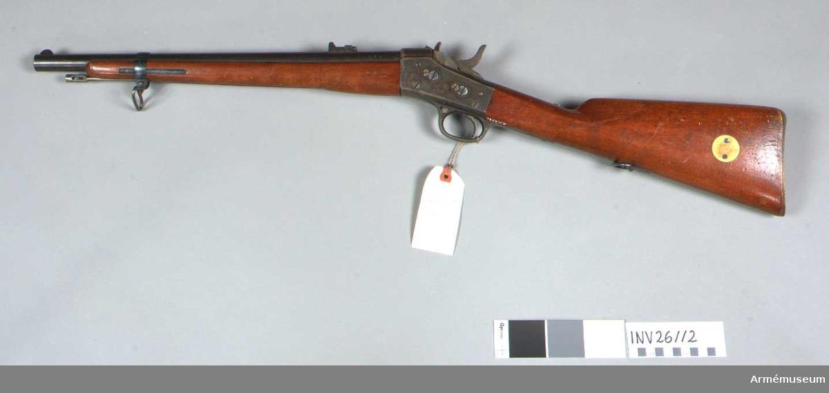 Grupp E II. Karbin m/1864-68-85 för manskapet vid ammunitionskolonnerna, positionsartilleriet och fortifikationstrupperna. Antal refflor: 6 st. Reffelstigning: Ett varv på 12,62 kg. Spetskulans diameter: 12,62 mm. Spetskulans längd: 22,275 mm. Spetskulans vikt: 24 gr. Utgångshastighet: 342 m.  Karbinen är egentligen ett förkortat gevär m/1864-1868 (se A.M. 4548).Tillverkningsnummer 669. Pipan är rund och brungjord. Ett båtformigt sikte, som har triangulär genomskärning, är fastlött 0,5 cm bakom mynningen. På översidan, 2,1 cm framför lådmuttern, har pipan en 2,9 cm lång samt 1,1 cm bred, genom avfilning uppkommen avplattning. Det till 900 m graderade karbinsiktet m/1880 (se A.M. 4558) sitter 5 cm framför lådmuttern. På pipans översida står krönt CB, dessutom K.V. och O.S. På vänstra sida är inslaget 669 och 9, på undersidan M.A.F. och 1865.  Mekanismen är oförändrad m/1865-1868. Lådan är gråhärjad, hane och slutstycke blanka. På lådans högra sida står 1872, på den vänstra 669. På han- och slutstycksbultens vänstra ändar är inslaget 69.  Kolven är m/1864-1868. Framstocken är förkortad och slutar 6 cm bakom mynningen. På kolvhalsens och framstockens vänstra sidor står 1872 och två par oläsliga bokstäver, men på dessa delars vänstra sidor är inslaget 669. Bakplåten är av mässing. På kolvens vänstra sida är en rund mässingsskiva infälld och fasthålles av två skruvar. Kring pipa och framstock 12 cm bakom mynningen går ett 1,3 cm brett, blånat järnband, vars utåtvikta öron förenas genom en skruv, som också fasthåller den främre rembygeln är fäst vid en fot, vilken medelst två träskruvar är fäst vid kolvens underkant. Bandet hålles på sin plats av en på framstockens vänstra sida liggande, 7,7 cm lång bandfjäder, av vilken 4,6 cm ligger bakom bandet. För bandet finnes ett hak på fjäderns utåtvända sida. Framför bandet är fjädern 1,8 cm lång och på utsidan förstärkt. På bakplåten är slaget 669, på bandet 69 och S.Läskstången är av blankt stål. Huvudet är 2,2 cm långt och cyl